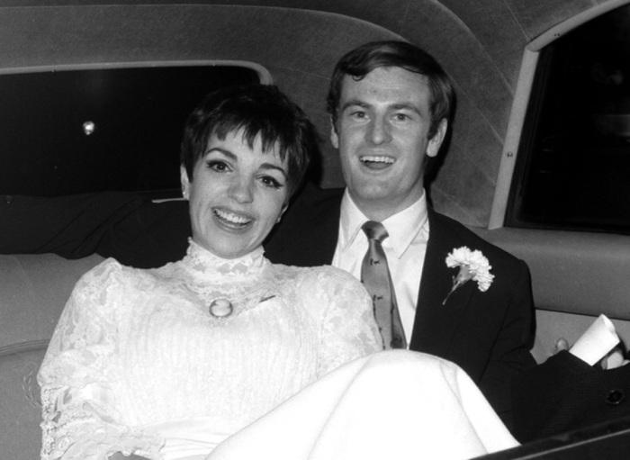 Лайза Минелли со вторым мужем Джек Хэйли-младшим после их свадьбы 15 сентября 1974 года. | Фото: huffingtonpost.com