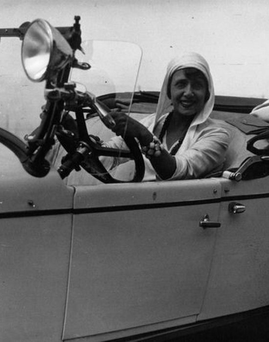 Мистангет в ее Крайслере, Довиль, Франция, 1929 год.