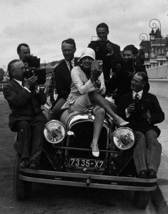 Мистангет с группой фотографов в Довиле, 1929 год.