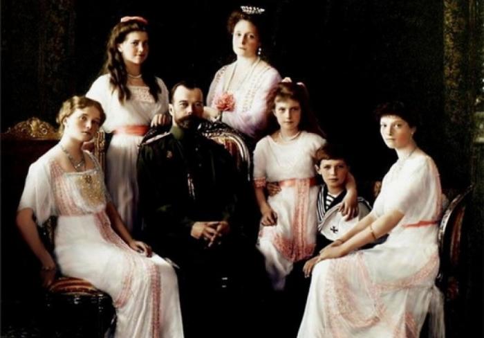Император Николай II с супругой и детьми.