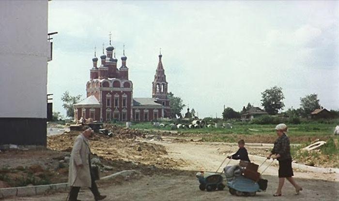 Кадр из художественного фильма Подсолнухи.