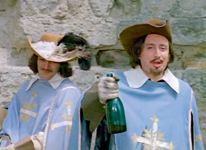 Поддельное «бургундское» сами мушкетеры тайком заменили на настоящее вино.