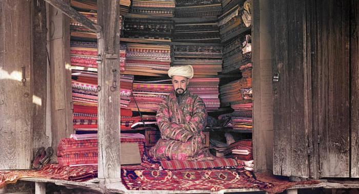 Продавец тканей в своей лавке в Самарканде.