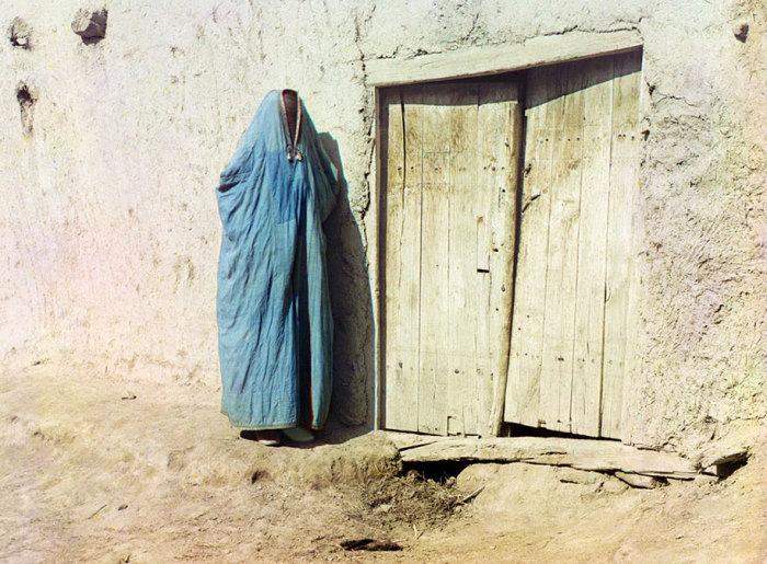 Женщина в парандже. Самарканд.