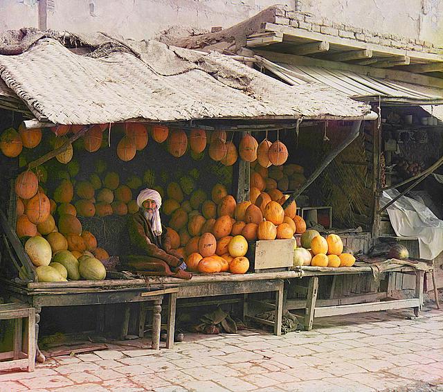 Продавец фруктов на рынке.
