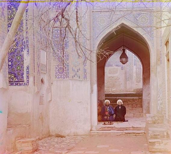 Двое мужчин сидят в мечети в Самарканде.