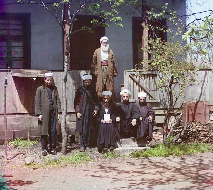 Ученики на крыльце медресе.