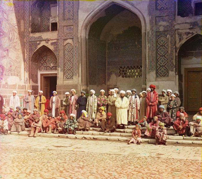 Прихожане у мечети в Самарканде.