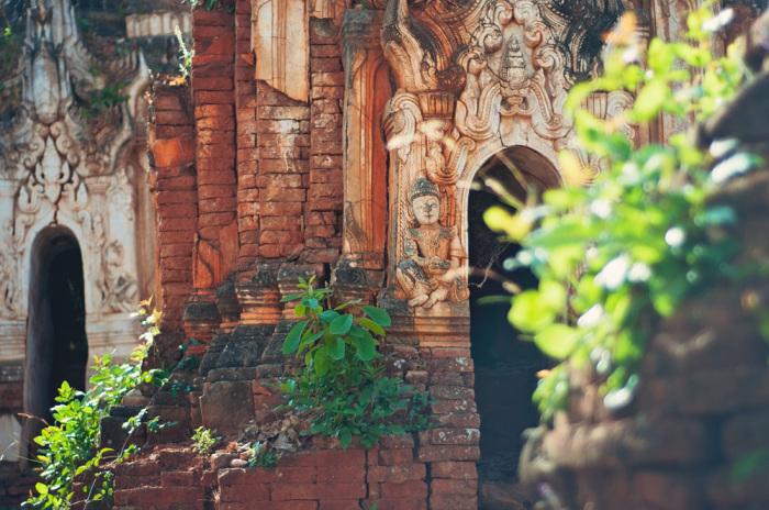 Барельефы на стенах деревенских домов.