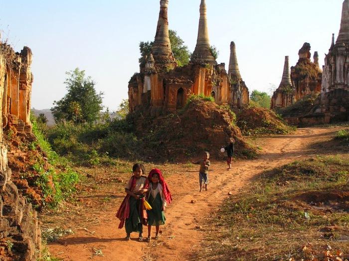 Дорога в деревню-храм.