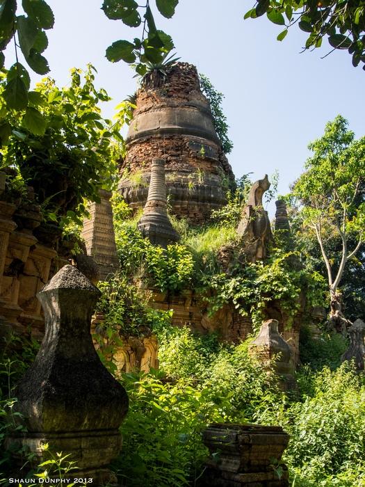 Храм, увитый плющём.