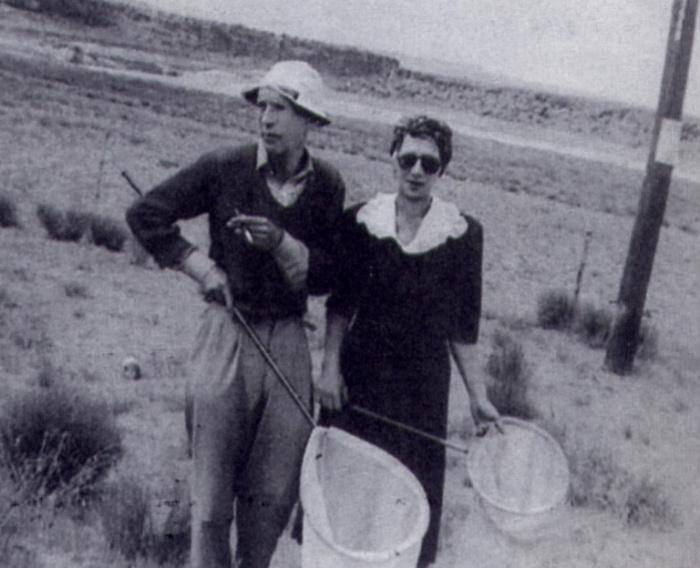 Владимир Набоков и Вера Слоним на прогулке.
