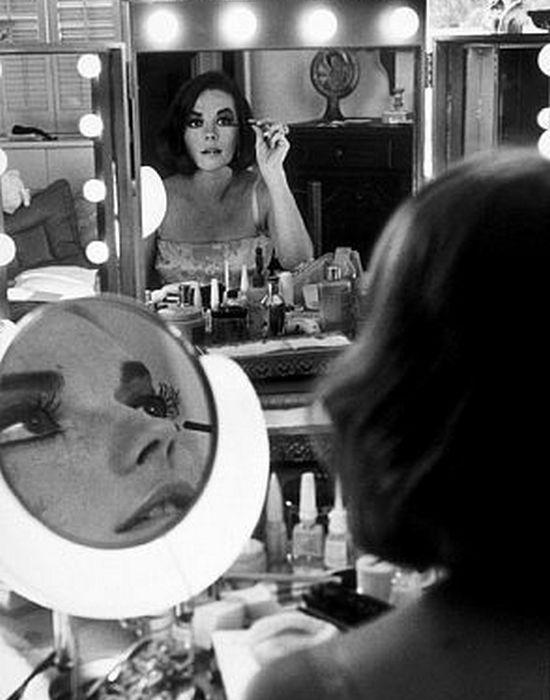 Натали перед зеркалом./ Фото: hotflick.net