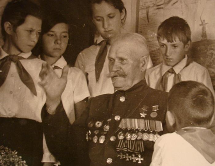 Константин Недорубов с пионерами.