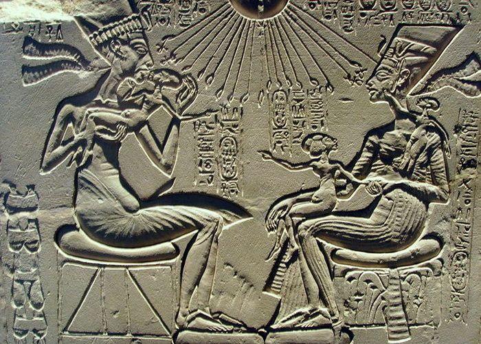 Эхнатон, Нефертити и их дети.