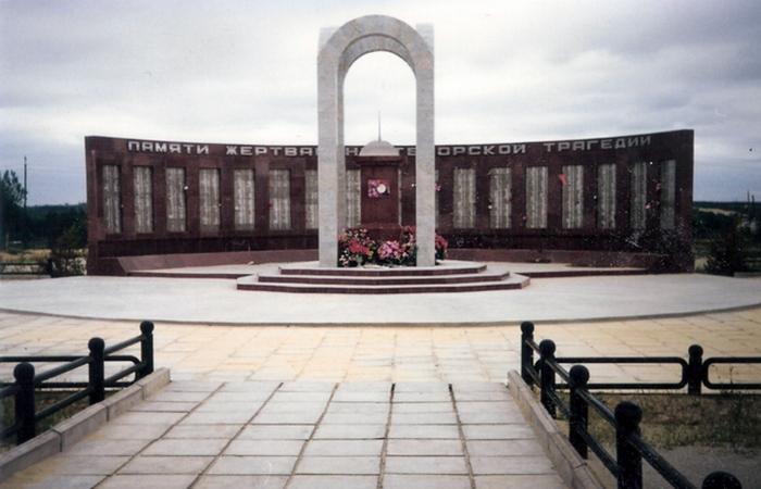 Памятник жертвам нефтегорского землетрясения./ Фото: citygu.ru