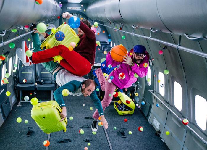 Американская инди-рок-группа OK GO в невесомости.