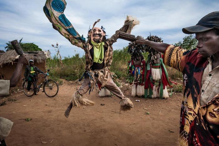 Великий танец обычно длится три ночи, а в течение дня ньяу в костюмах могут разгуливать по деревне, пугая местных жителей.