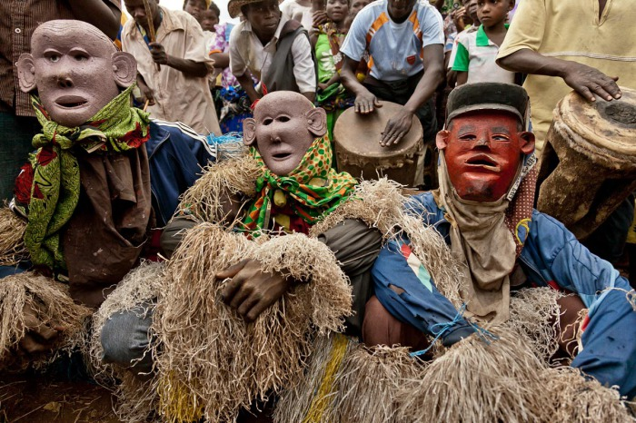 Они будут танцевать на ходулях перед народом, символизируя высокомерных злых духов, наводящих страх на деревенских жителей.