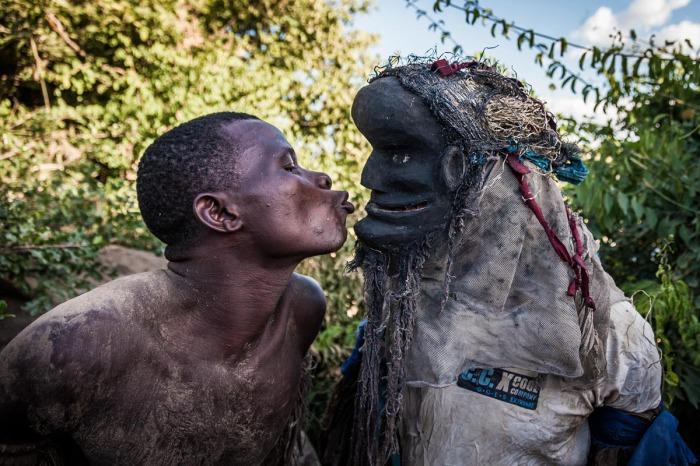 25-летний Николау целует своего друга в маске ньяу.