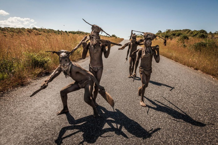 Ньяу Акакаиро изображают духов умерших злых людей, которые возвращаются в мир живых , чтобы причинять им вред.