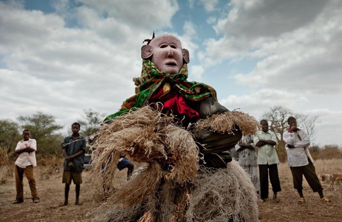 Ньяу Мзунгу («белый человек») исполняет Великий танец в Центральном Мозамбике. Белые колонизаторы ассоциируются у чева со злыми духами.