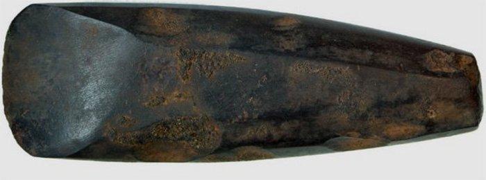 Отполированный каменный топор.