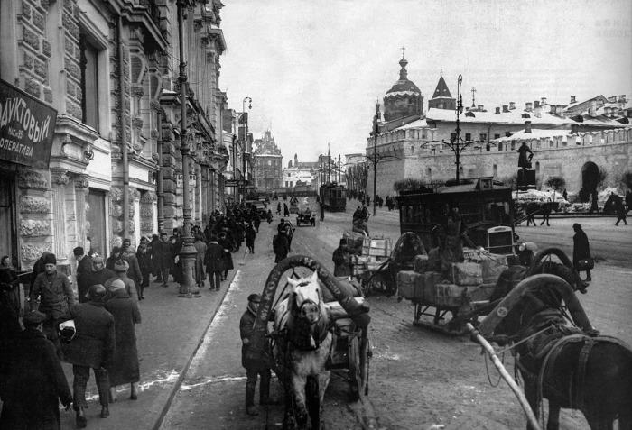 Театральный проезд, вид на Лубянскую площадь.