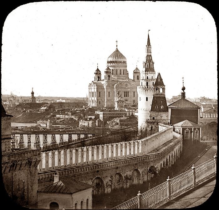 Вид из Кремля на храм Христа Спасителя.