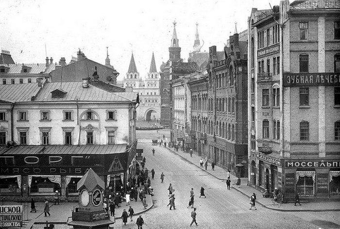 На линии улицы, справа, между домами - Обжорный ряд, дальше по улице, справа - Лоскутный переулок.