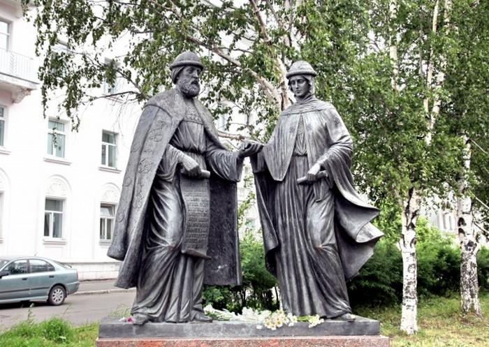 Памятники святым Петру и Февронье в Архангельске.