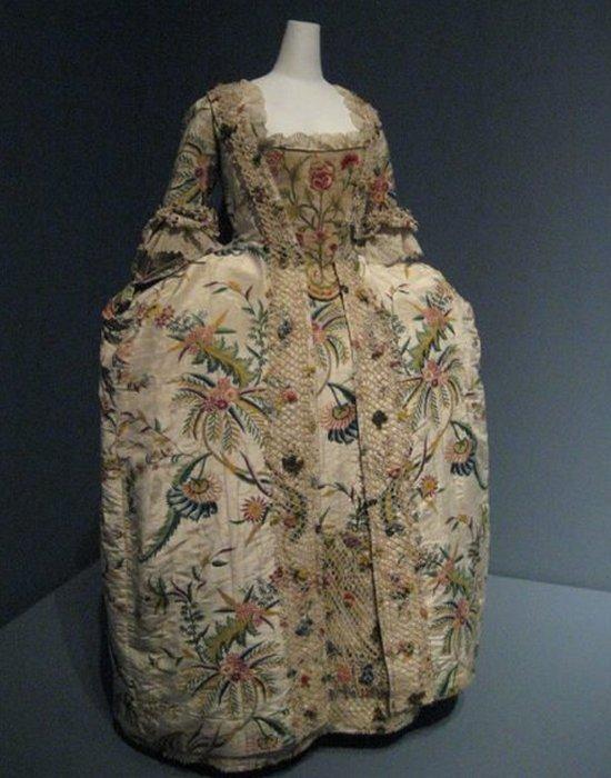 Платье на французский манер.