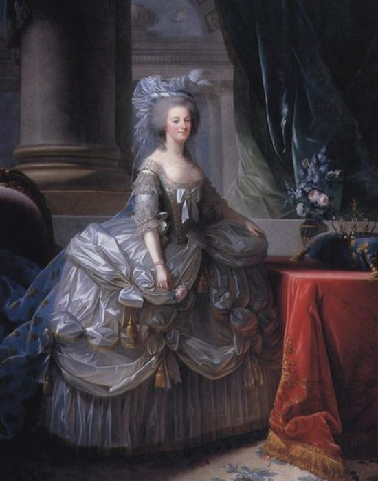 Мария-Антуанетта в придворном платье с широким панье.