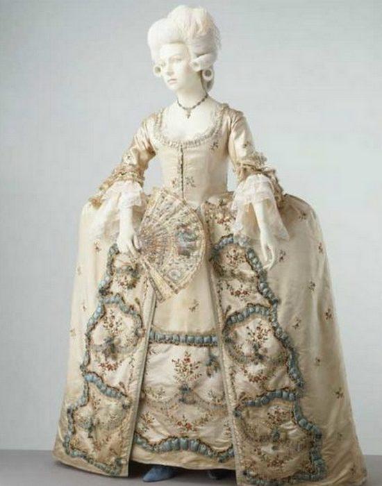 В 1780-е годы подобные юбки носили при королевских дворах.