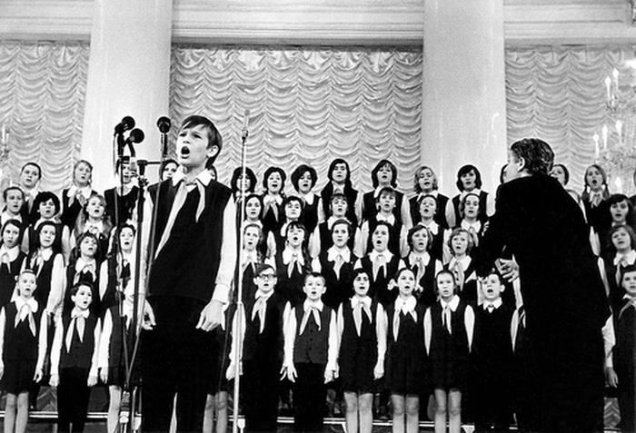 На сцене Большой детский хор Всесоюзного радио и Центрального телевидения