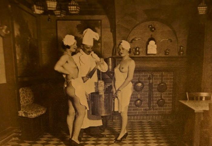 Тематические вечеринки, голые официантки.
