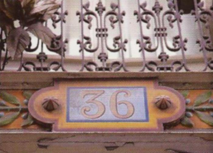 Номерные таблички над дверью.