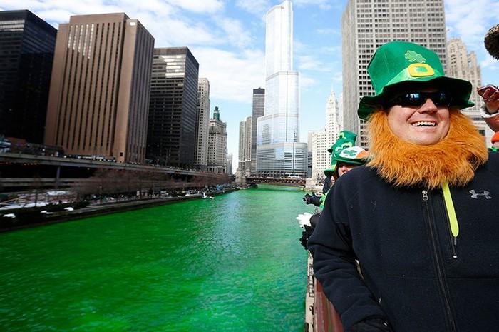 Празднование для Святого Патрика в Чикаго.