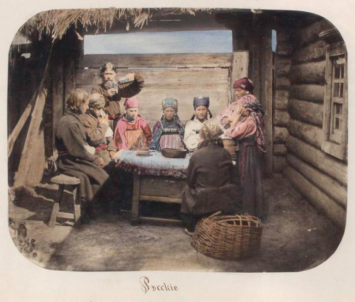 Праздничный обед крестьянской семьи.