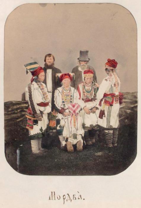 Мордовская семья у плетня.
