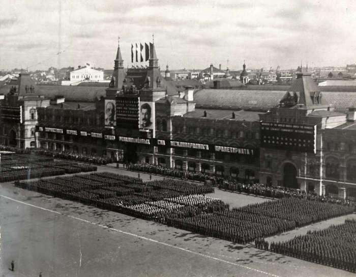 Части советский армии выстроились на Красной площади во время первомайского парада. Москва, СССР, 1933.