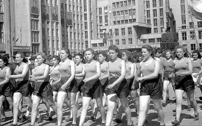 Колонна спортсменов на первомайской демонстрации в Минске. 1950 год.