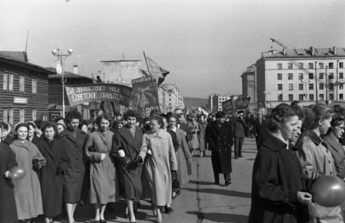 Советские трудящиеся на первомайской демонстрации.