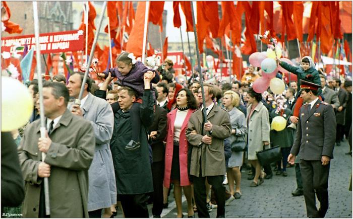 Советские трудящиеся на первомайской демонстрации. 1970.