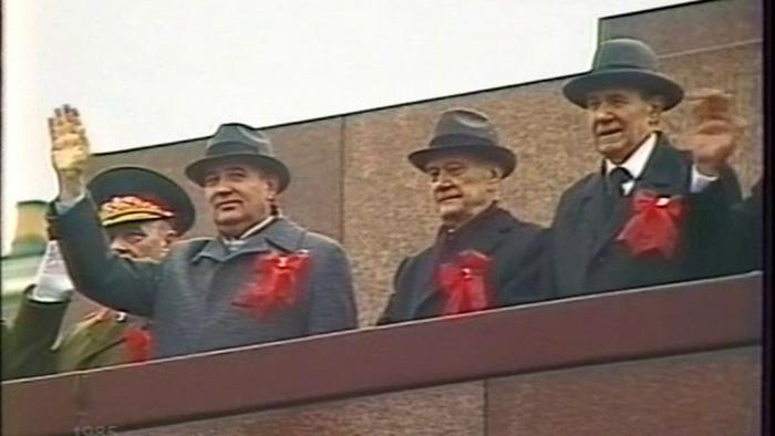 Члены Политбюро приветствуют участников первомайской демонстрации в Москве.