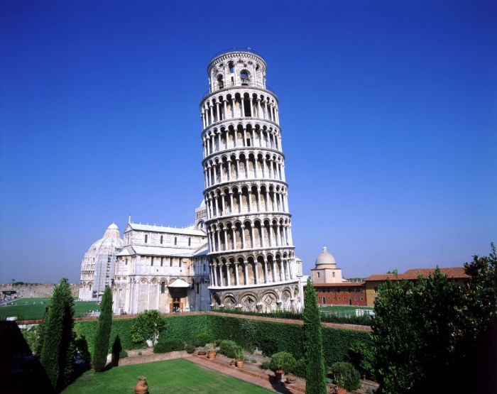 Падающая башня в Пизе.