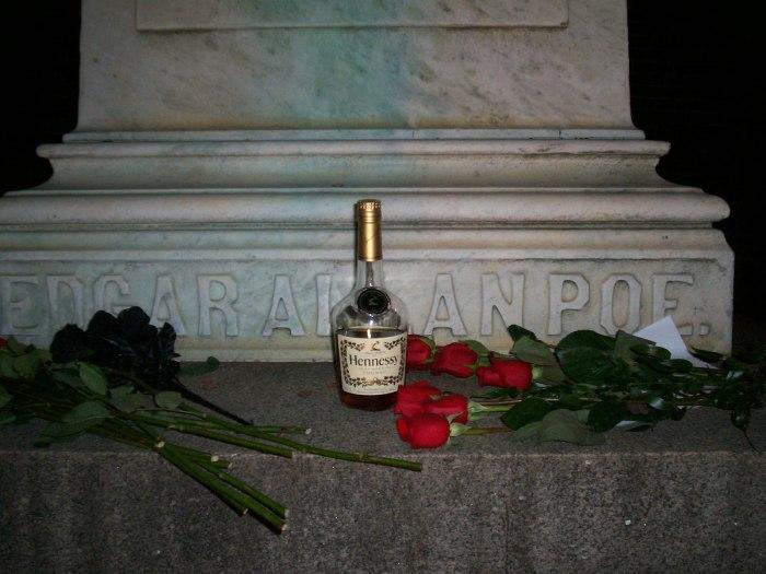 Бутылка элитного коньяка на могили По.