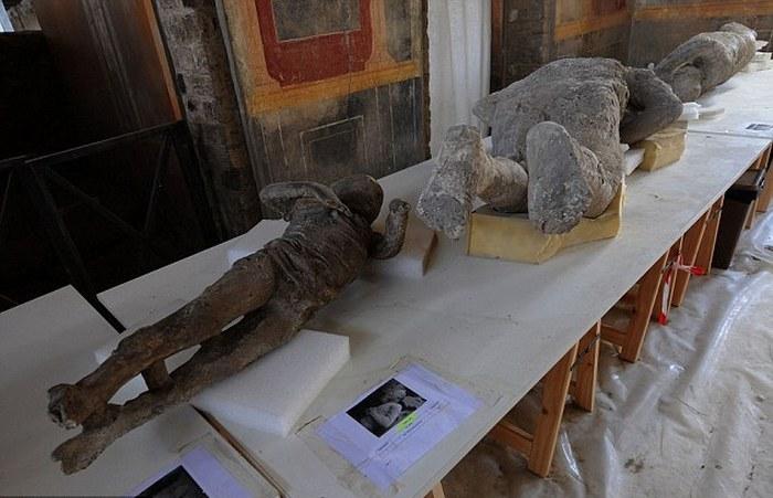 Слепки тел жителей города Помпеи.