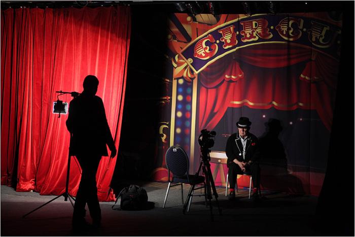 Олег Попов готовит интервью телеканала саксонской перед премьерой.