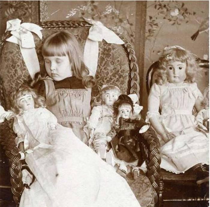 Девочка со своими куклами.